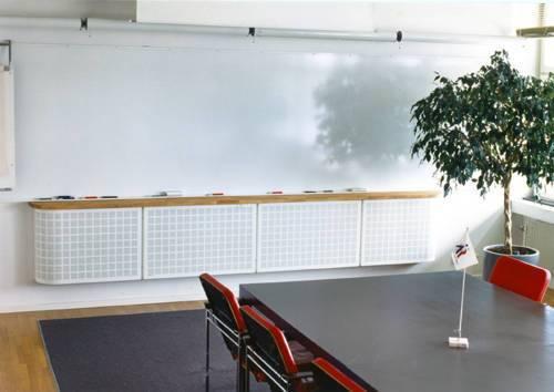 Bågformat specialdon monterat under whiteboard med toppskiva i trä. Luftflöde 240 l/s. Två anslutningar i ryggen på donet.