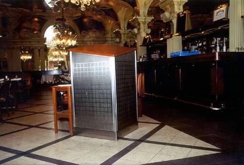 Ett specialdon och bord för hovmästaren, detaljer i rostfri stålplåt, borstad yta. Toppskiva i trä.