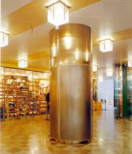 Bågformat specialdon i rostfritt stål, borstad yta. Förstärkt utförande. Rektangulär, specialtillverkad anslutningslåda kring pelare. Luftflöde 2000 l/s. Saluhall i Stockholm.
