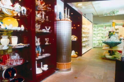 Lågimpulsdon integrerat i butiksinredning, borstad rostfri stålplåt och dekorer av oljad ek.