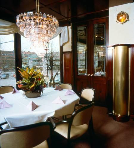 Specialdon för restaurang, don i mässingsplåt, och detaljer i trä.