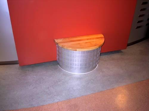 Halvrunt lågimpuldon utformat som sittpall, Beställarkrav: Omagnetisk konstruktion, aluminium med toppskiva av oljad bok.