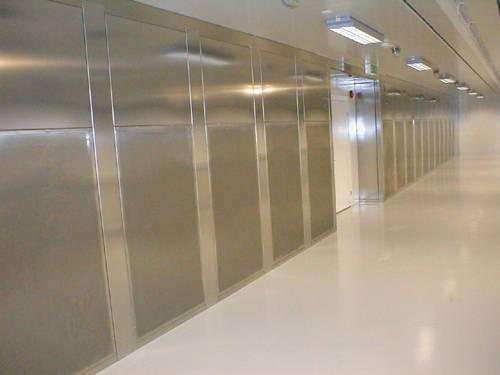 Laboratoriedon utanpå befintlig vägg med fördelningskanal i dess övre del. Fronter och övriga ytor är försedda med extra förstärkning mot vibrationer. Tillverkat i rostfri stålplåt.