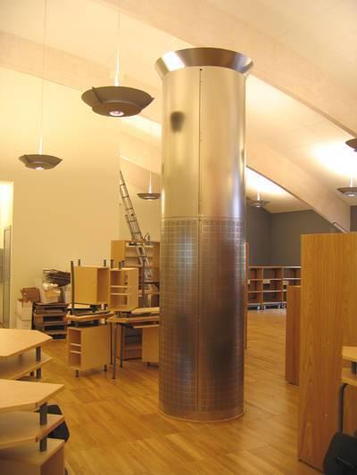 Lågimpulsdon och frånluftsdon i en enhet. Materialet är borstad rostfri stålplåt. Skolbibliotek i Trelleborg.