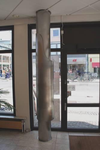 Luftridådon med perforerad ljusskärm, rostfritt utförande. Två don vid denna entré till banklokalen.